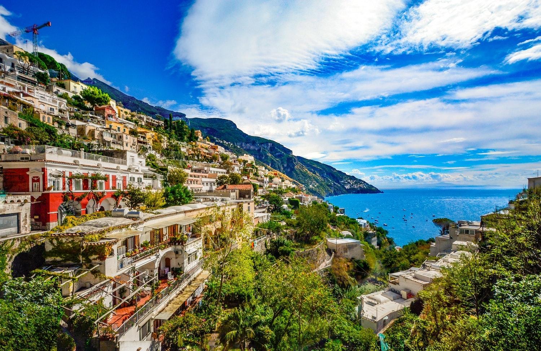 amalfi coast honeymoon couple